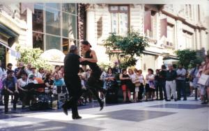 En las calles siempre se oye la música del tango y es espectacular como lo bailan