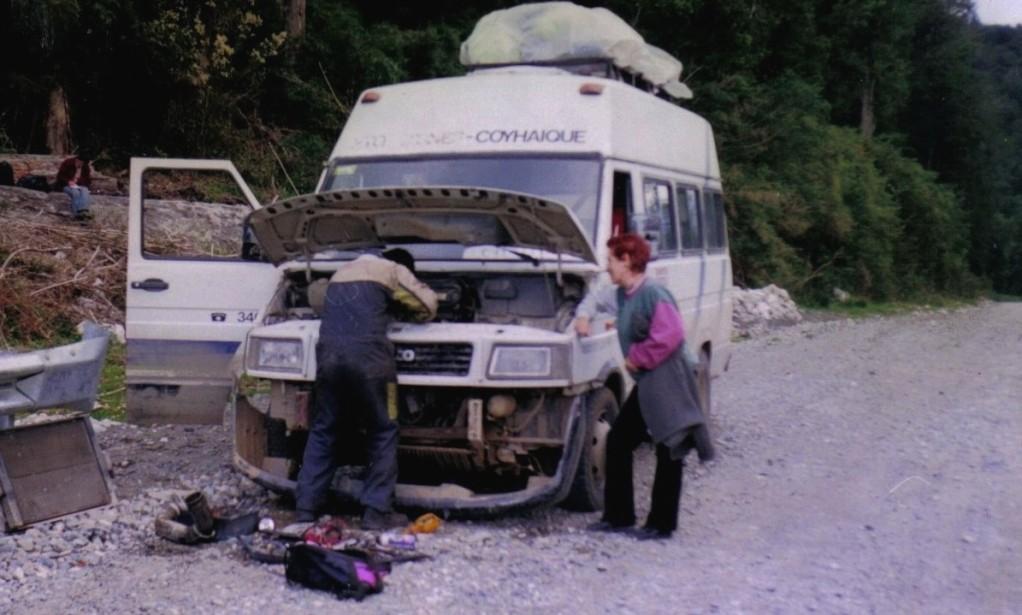 Reparación del motor con un martillo y unos alicates, y lo consiguen, ¡vaya milagro¡